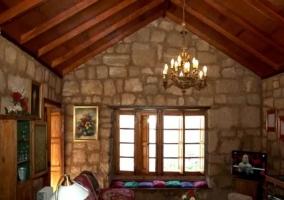 Sala de estar con sillones tapizados y techos de madera