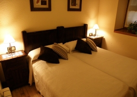 Dormitorio doble con dos camas conjuntadas