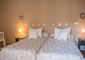 Familiar con camas juntas y mesillas