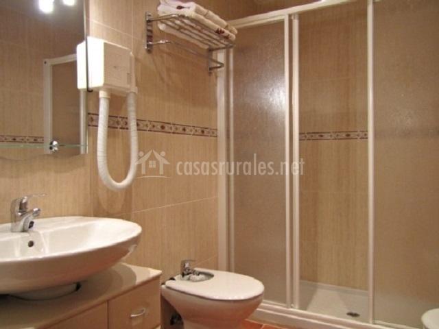 Baño con bañera y secador de mano