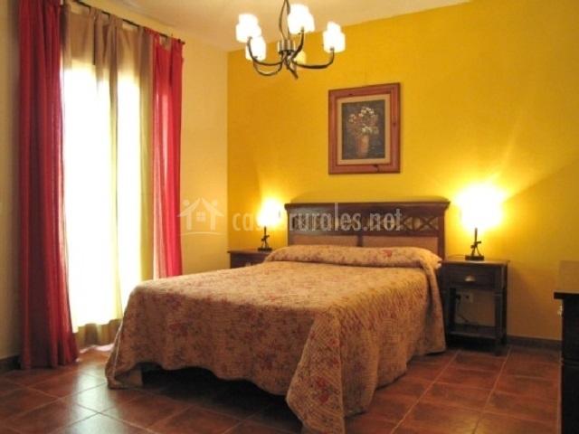 Dormitorio principal con cabecero de madera