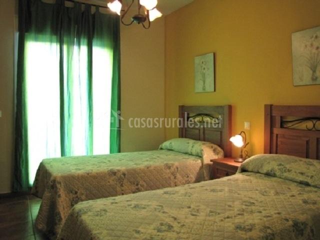 Habitación de 2 camas con cortinas en esmeralda
