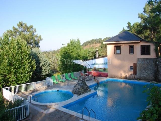 Acceso a las diferentes piscinas en el exterior