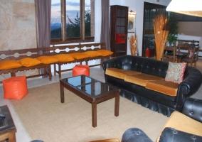Sala de estar amplia con varios sillones