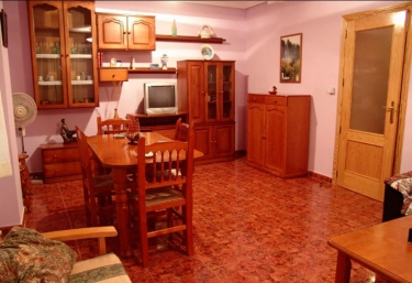 Sala de estar con mesa de comedor en madera