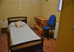 Dormitorio con una cama