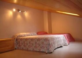 Dormitorio con camas