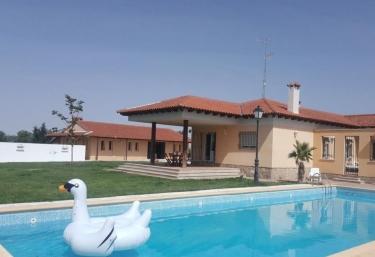 Casas rurales con piscina en velayos for Casas vacacionales con piscina