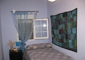 Dormitorio con cama