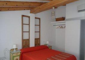 Dormitorio con original cabecero