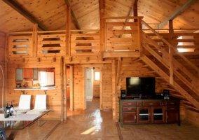 Sala de estar con paredes y suelos de madera