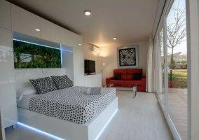 Suite con cama amplia y luces