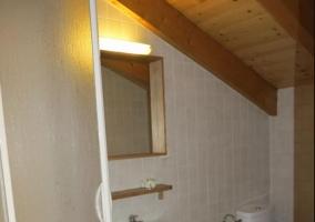 Aseo de la casa con techo de madera