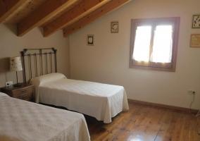 Dormitorio doble con techo de madera