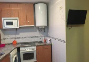 Cocina de la casa madera y lavadora