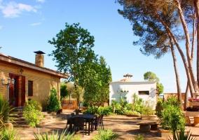 Acceso a la casa con mobiliario y plantas de colores