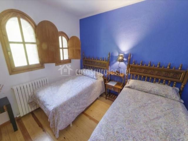 Dormitorio con un par de camas