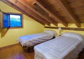 Dormitorio doble con techos de madera