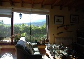 Sala de estar con cristalera