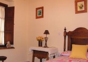 Dormitorio con colchas en rosa y mesillas