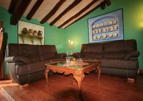 Sala con biblioteca techo de madera con vigas