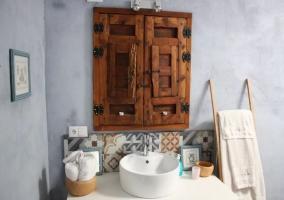 Aseo de la casa con ventana de madera