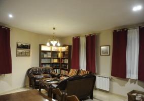 Sala de estar con sillones y libros