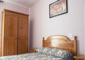 Sala de estar con mesa de madera y tele