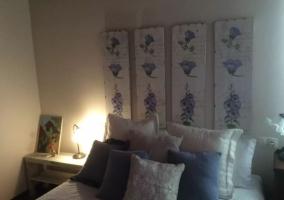 Dormitorio con original cabecero de flores