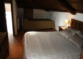 Dormitorio con varios espacios de descansao