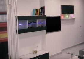 Sala de estar amplia en blanco y negro