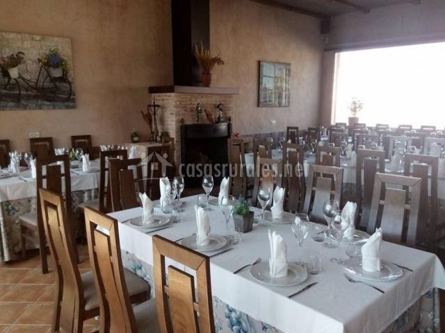 Restaurante amplio con mesa