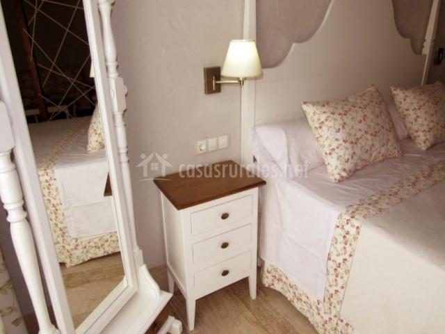 Suite con cama y sus detalles