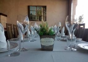 Restaurante con mesa puesta
