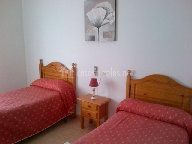 Dormitorio doble con mesilla