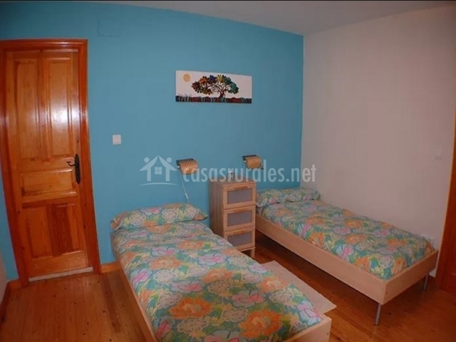 Dormitorio doble con paredes azules