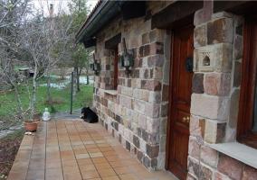 Amplia entrada con un porche