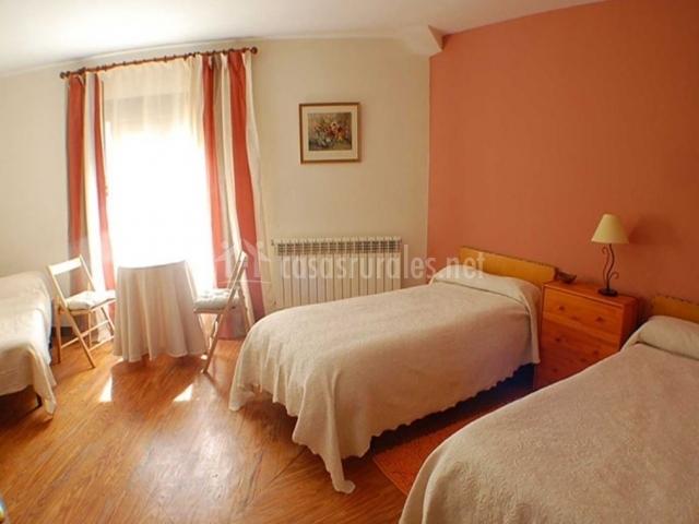 Dormitorio triple con suelos de madera