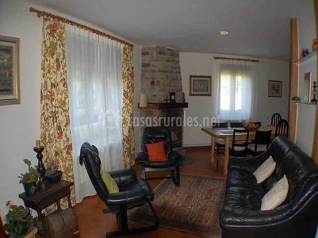 Sala de estar amplia con chimenea en la esquina