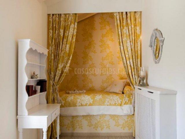 Dormitorio con tapiz