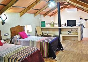 Dormitorio en la planta superior con tele