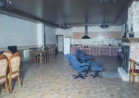 Sala social con la cocina