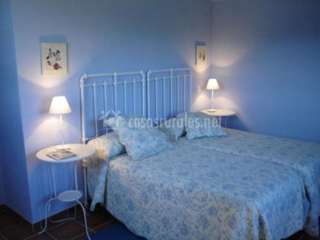Dormitorio doble en azul con camas juntas