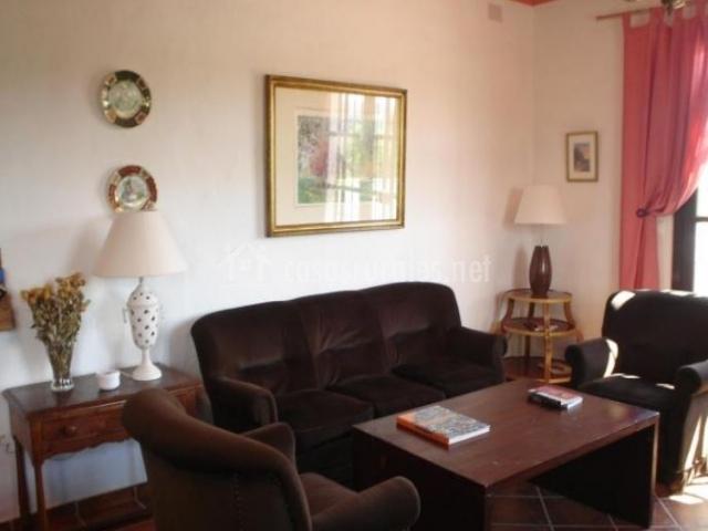 Sala de estar con detalles en color rosa