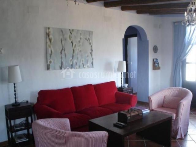 Sala de estar con sillones en rojo y blanco