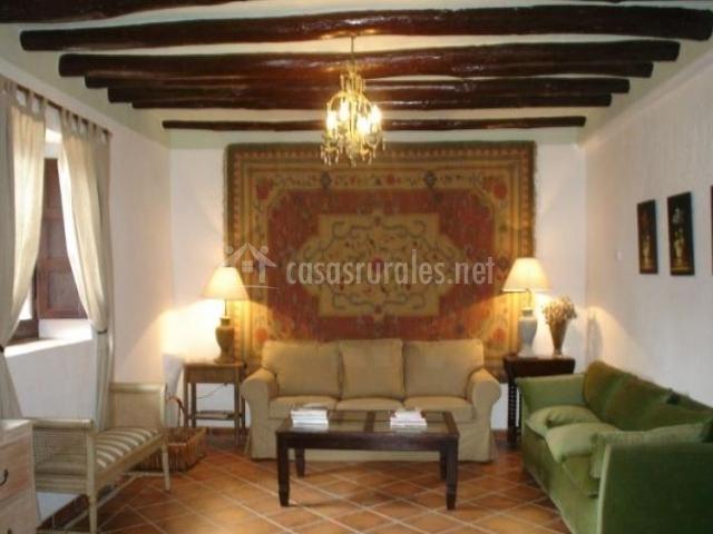Sala de estar con sillones en verde y beige
