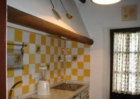 Cocina con detalles en amarillo y blanco