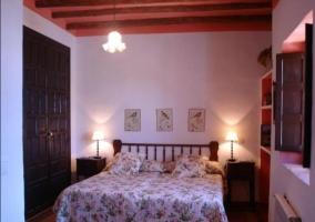 Dormitorio doble con camas juntas y vestidas