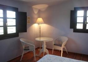 Dormitorio doble en azul con sillas