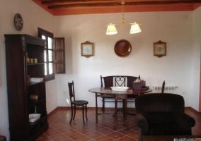 Sala de estar con detalles en colores rosas